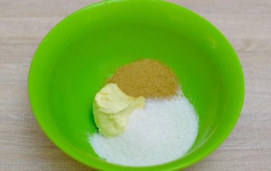 trộn bơ và hỗn hợp đường