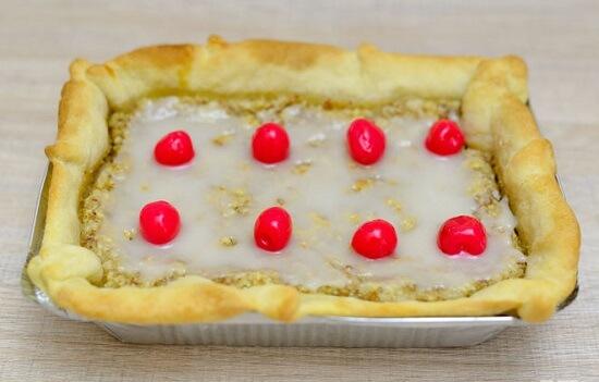 xếp quả chery lên bánh