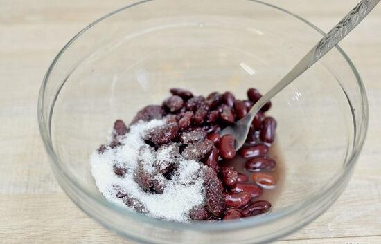 trộn đậu đỏ với đường cát trắng