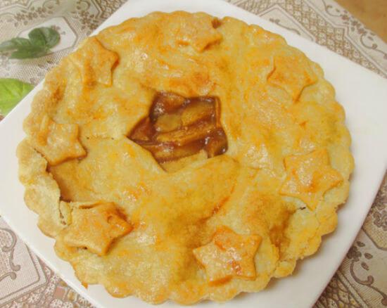 Nướng bánh táo đến khi bánh chín có màu vàng xuộm