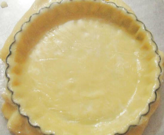 Đặt vỏ bánh vào khuôn nướng bánh táo