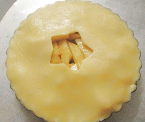 Phủ phần vỏ bánh táo ở trên mặt lên nhân