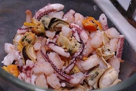 Nhân hải sản làm món bánh xèo hải sản Hàn Quốc