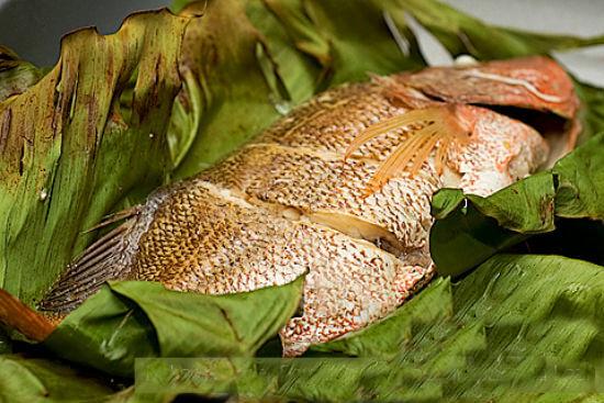 Gỡ phần cố định lá chuối ra, thưởng thức món cá hấp chuối thơm ngon, ngọt thịt