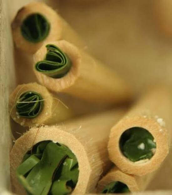 bịt đầu ống nứa bằng lá chuối