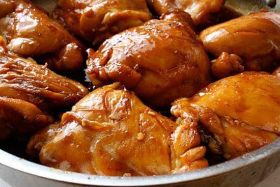 Nêm thêm gia vị cho món gà kho gừng đậm đà