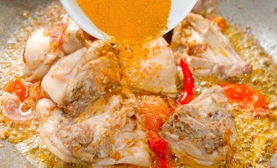 thêm bột Garam Masala vào thịt gà