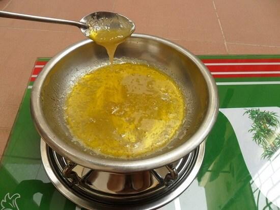 đun chảy bơ làm khoai lang chiên bơ
