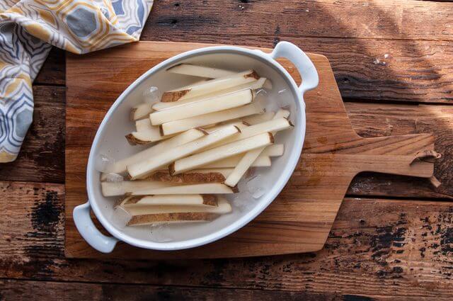 Ngâm khoai tây với nước muối - cách làm khoai tây chiên