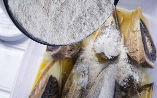 thêm bột vào búp chuối