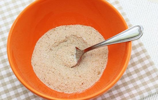 trộn vụn bánh mì với muối