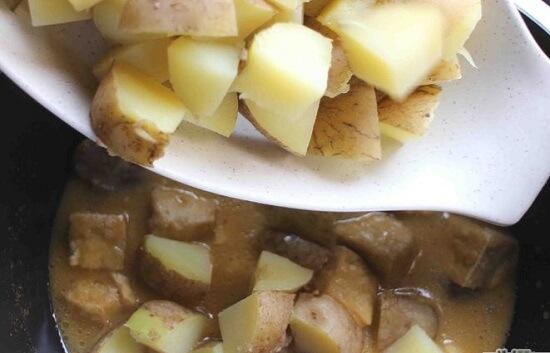thêm khoai tây và thịt gà vào cà ri