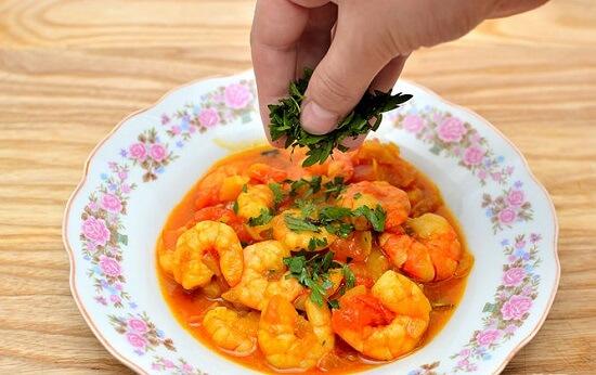 rắc rau mùi vào đĩa cà ri