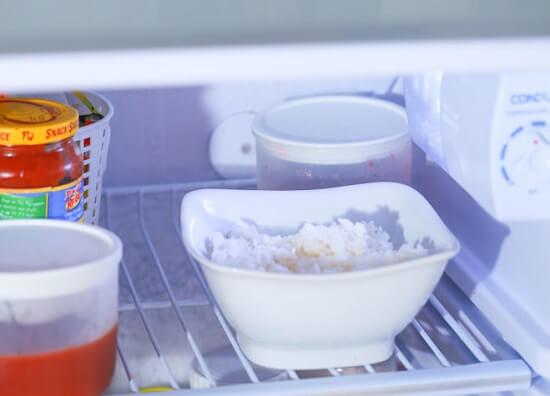 đặt cơm vào ngăn mát của tủ lạnh