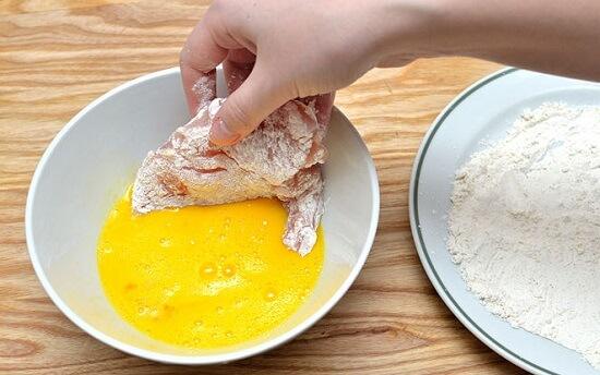 lăn thịt gà qua bột và trứng