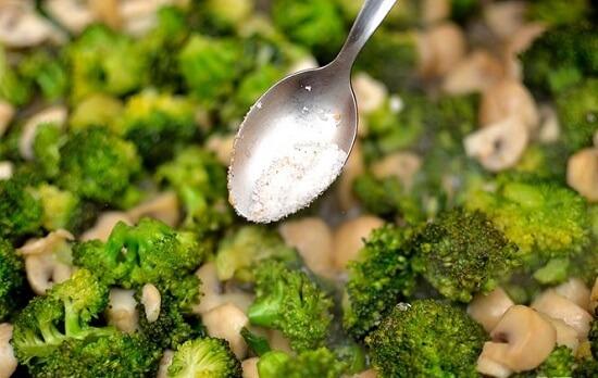 thêm muối vào rau