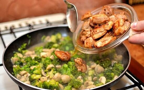 thêm thịt gà vào rau