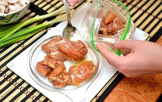 gắp thịt gà ra đĩa để riêng