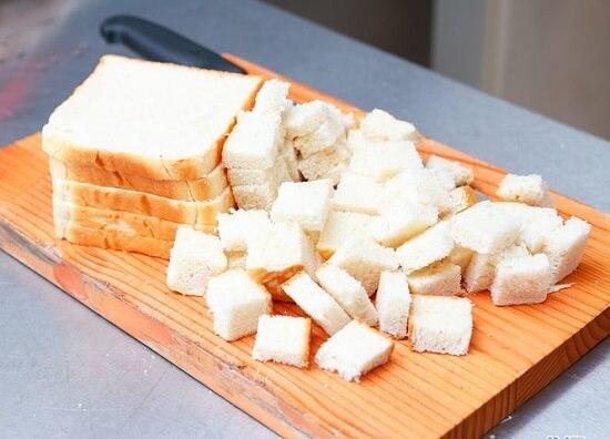 cắt bánh mì thành những miếng vuông