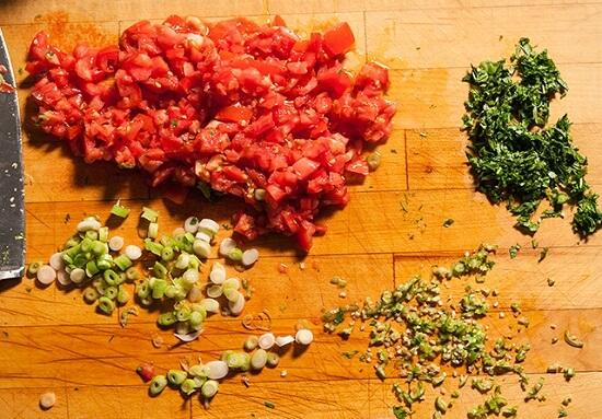 thái nhỏ cà chua, hành lá, rau mùi
