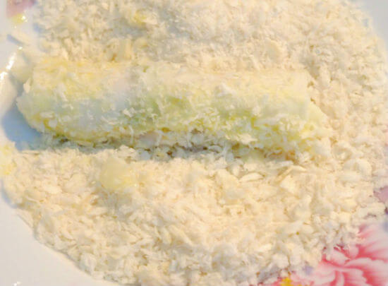 Lăn nem chay hoa quả qua trứng và bột chiên xù