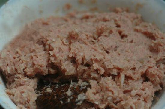 Trộn đều thịt nạc xay với tỏi băm  - cách làm nem chua rán