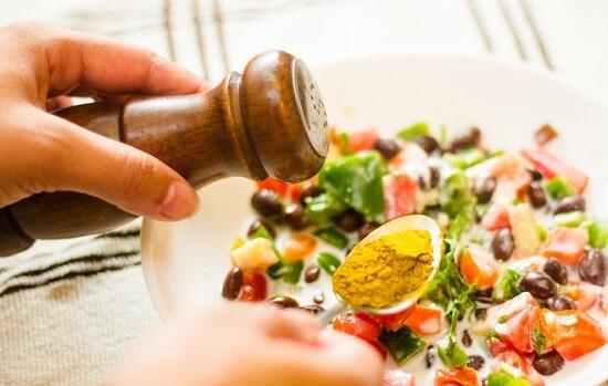 thêm các gia vị vào salad