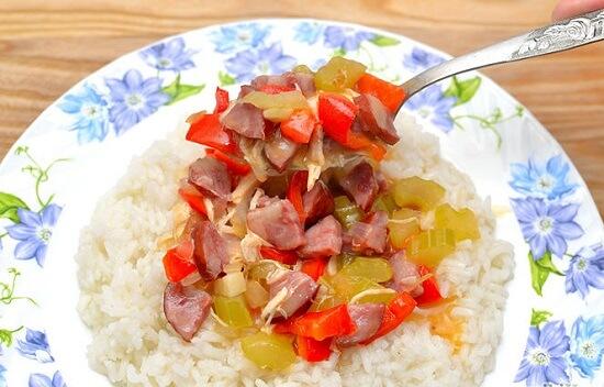 múc phần cái soup lên cơm trắng