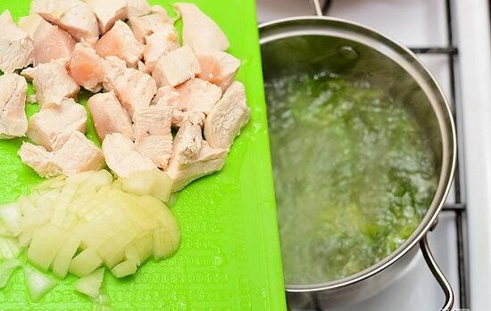 thêm hành tây và thịt gà vào soup