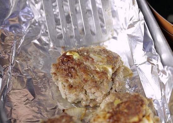 xếp viên thịt bò vào khuôn nướng
