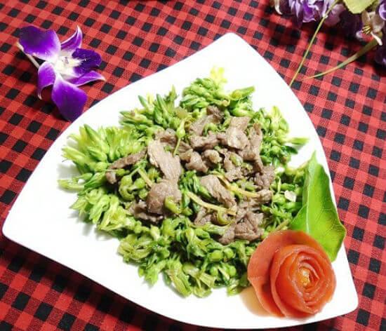 Cho thiên lí xào thịt bò ra đĩa và thưởng thức với cơm.