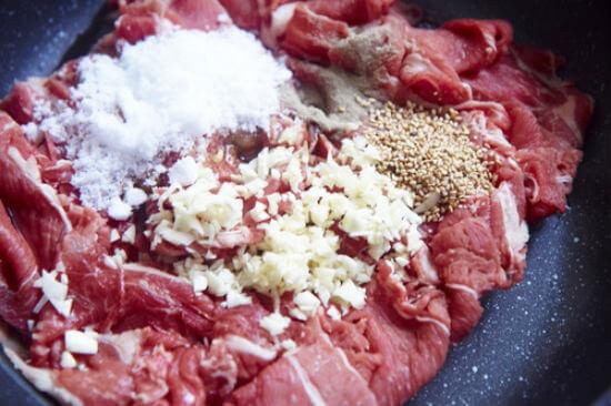Ướp thịt với gói gia vị thịt bò kho