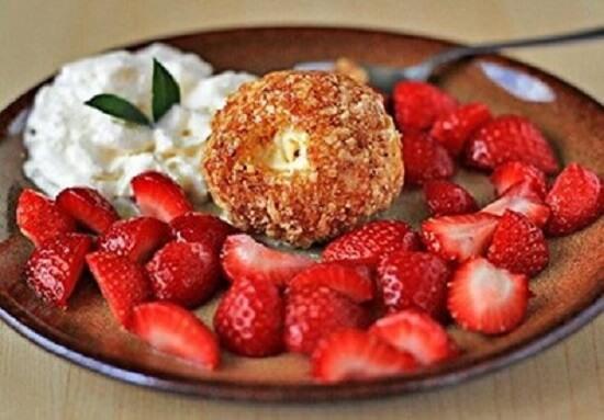 ăn kem chiên với hoa quả