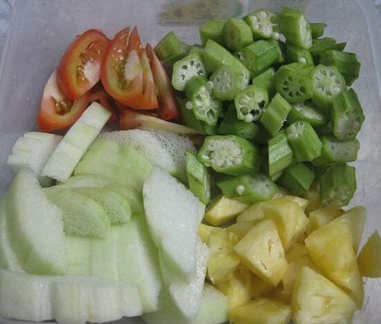 Sơ chế nguyên liệu làm món canh chua cá basa