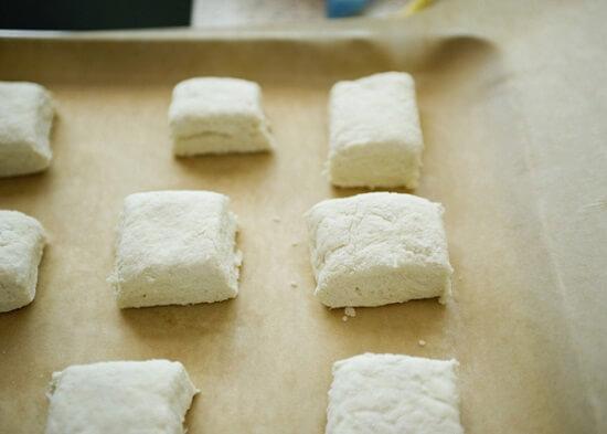 cắt bánh thành hình vuông