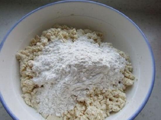 cho bột mì vào trộn với đậu