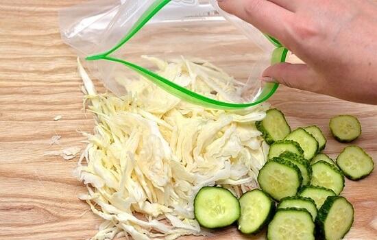 cho rau củ vào túi nhựa