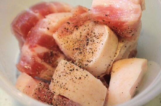 Ướp thịt để nấu thịt kho tàu