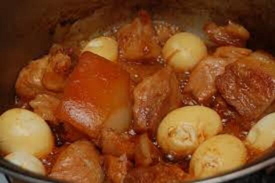 Cho trứng cút vào nấu thịt kho tàu