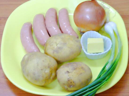Nguyên liệu làm khoai tây xào xúc xích