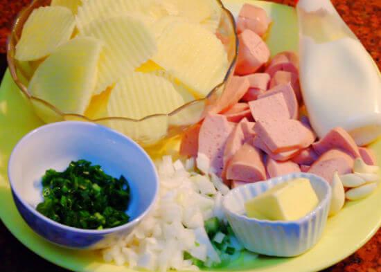 Sơ chế nguyên liệu làm khoai tây xào xúc xích