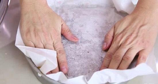phủ giấy nướng lên mặt bánh