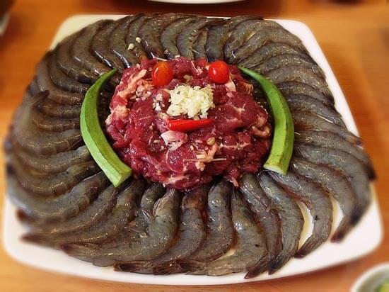 Tôm, thịt bò làm món lẩu nướng hấp dẫn hơn