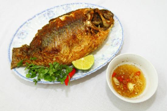 Mẹo chiên cá vàng thơm mà không dính chảo 5