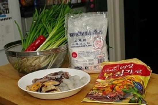 nguyên liệu làm món bánh xèo hải sản Hàn Quốc