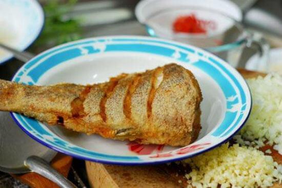 Cách làm cá chấm sốt tỏi ngon chảy nước miếng 5