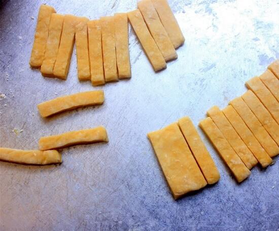 cắt miếng bột nhỏ