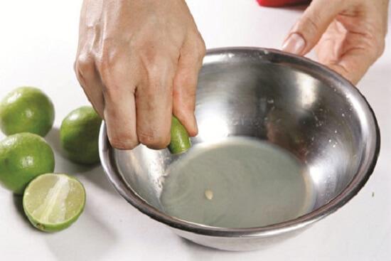 vắt nước cốt chanh làm tôm xào bơ tỏi