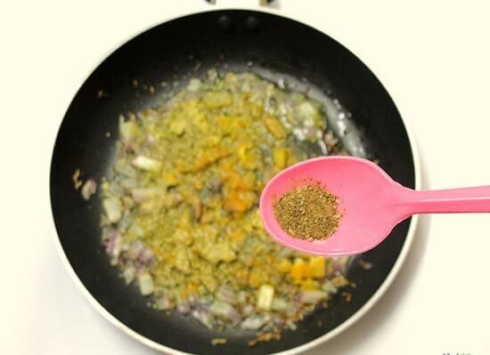 thêm garam masala vào chảo rau củ