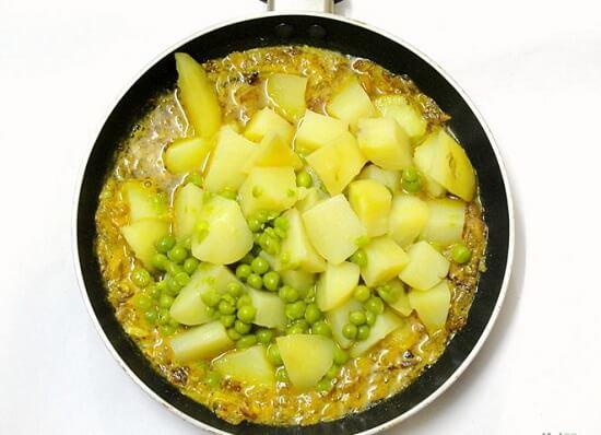cho khoai và đậu vào cà ri